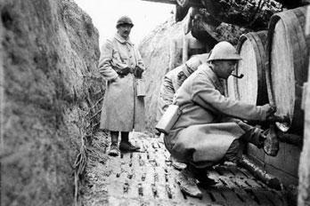 EN BREF :  1914-1918 - La Grande Guerre ou Première Guerre mondiale par André Larané 1418trancheedistributioneau
