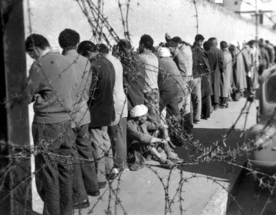 Arrestation de suspects à Alger en 1957