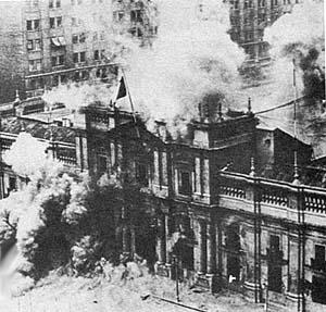 La Moneda en flammes après le bombardement par l'aviation