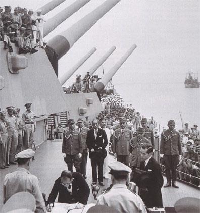 Shigemitsu signe la capitulation du Japon sur le pont du Missouri (2 septembre 1945)