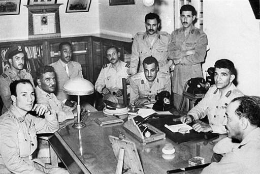 Les officiers libres: Néguib (2e assis à partir de la droite), Nasser (3e), Sadate (5e)