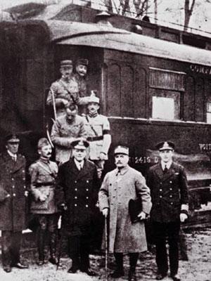 Les signataires de l'armistice devant le wagon de Rethondes