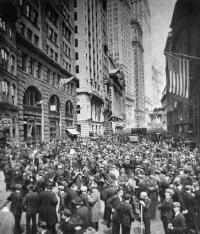 La foule des curieux devant Wall Street; au fond, des ambulances attendent d'hypothétiques suicidés
