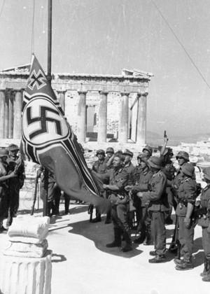 Les Allemands hissent la croix gammée au-dessus de l'Acropole le 27 avril 1941 (Bundesarchiv)