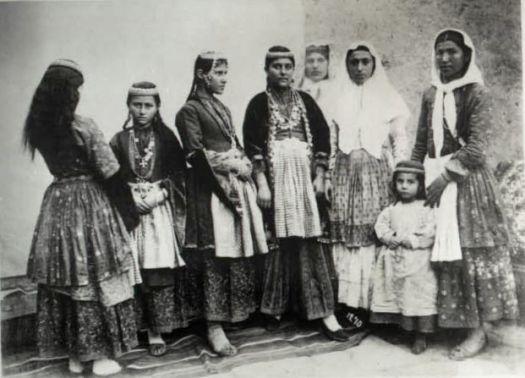 Jeunes filles arméniennes d'Anatolie en 1910 (Source : Comité de Défense de la Cause Arménienne)