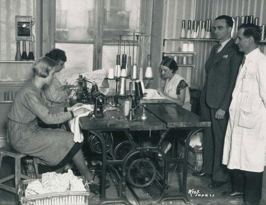Travail dans un atelier de confection arménien : l'atelier Terzian durant l'entre-deux-guerres (photo : centre de recherche sur la diaspora arménienne)