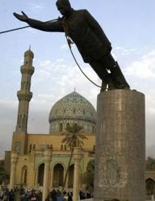 La statue de Saddam Hussein abattue à Bagdad après la victoire américaine de 2003 (DR)