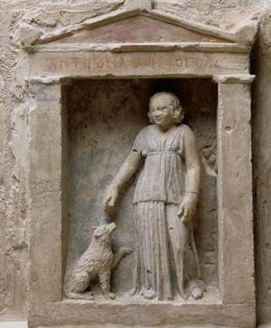 Stèle d'Antigona, naïskos avec petite fille et chien, début du IIIe siècle av J.-C., Alexandrie (Égypte), Paris, musée du Louvre