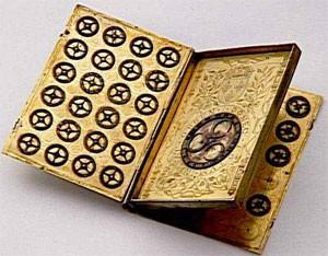 Boîte à chiffrer et à déchiffrer en forme de livre aux armes d'Henri II, 1550, musée national de la Renaissance, Écouen