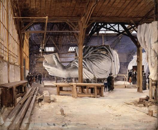 La Statue de la Liberté de Bartholdi, dans l'atelier du fondeur Gayet, rue de Chazelles, Paris
