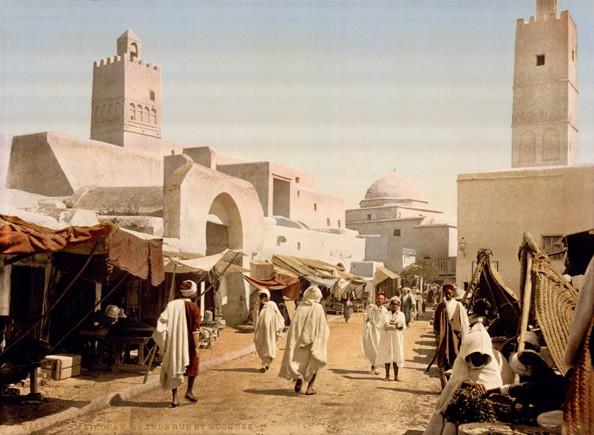 La mosquée et la rue principale de Kairouan (Tunisie) en 1899 ; photochrome de la Librairie du Congrès (Washington)