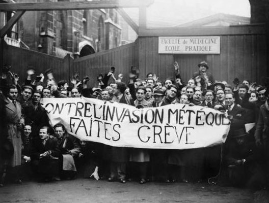 Manifestation xénophobe d'étudiants parisiens devant la faculté de médecine, 1er février 1935 (DR)