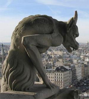 Une chimère des tours de Notre-Dame de Paris, conçue par Eugène Viollet-le-Duc au XIXe siècle