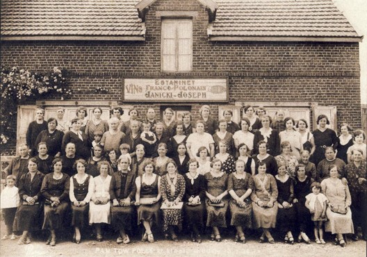 Réunion des dames du Rosaire à l'estaminet franco-polonais Janicki, Cité des Alouettes à Bully-les-Mines (milieu des années 30) (DR)