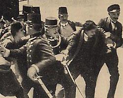arrestation mouvementée de Gavrilo Princip à Sarajevo, après l'assassinat de l'archiduc François-Ferdinand