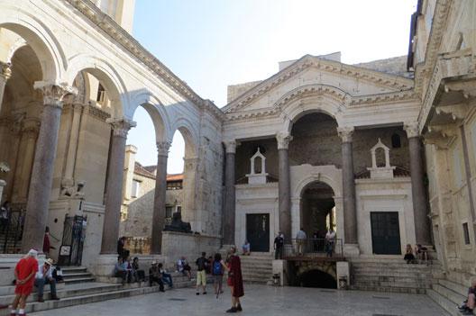 Une cité médiévale est née dans les ruines du palais de Dioclétien à Split (Croatie), photo : André Larané, 2014