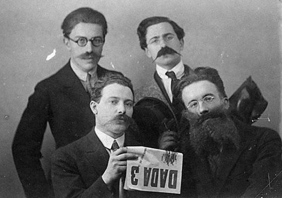 Photographie d'André Breton, René Hilsum, Louis Aragon et Paul Eluard prise pour la sortie de Dada 3, 1920, Paris, Centre Pompidou