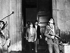 Salvador Allende, coiffé d'un casque, observe les avions bombardant la Moneda