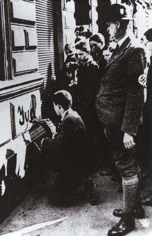 Des nazis obligent un enfant juif à écrire le mot Jude (Juif) sur un mur. Vienne, Autriche, mars 1938 (crédit photographique: Mémorial de la Shoah/CDJC)