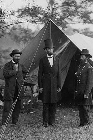Le président Lincoln entre Allan Pinkerson (chef du service de renseignements) et le major général Lew Wallace, après la bataille d'Antietam