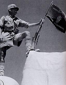 Le drapeau de la Légion étrangère à Bir Hakeim