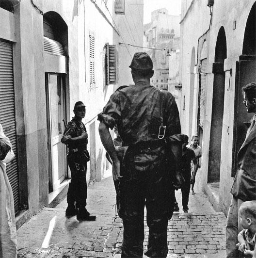 Patrouille dans la Casbah d'Alger en 1957
