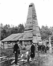 Drake en haut-de-forme devant son puits en 1866