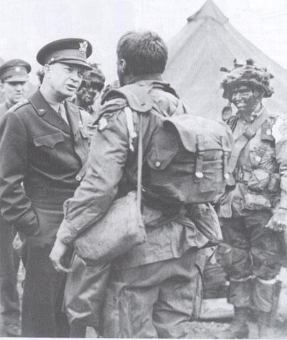 Le général Dwight Eisenhower s'entretient avec un parachutiste avant le Jour J