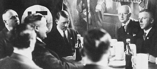 Réunion du parti à la Hofbrauhaus, Munich, vers 1922; Georg Strasser à droite d'Adolf Hitler