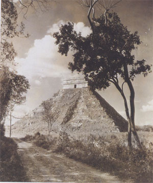 El Castillo de Chichen Itza (temple en l'honneur du Serpent à plumes Kukulkan), photo : Lord Alfred Percival Maudslay