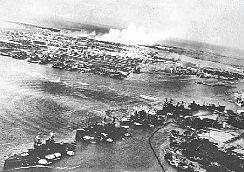 Les navires en rang dans la rade de Pearl Harbor