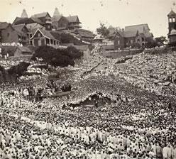 Tananarive, 1895 : dernier discours public de Ranavola III avant l'exil (en haut à gauche, l'angle du Palais de la Reine, aujourd'hui disparu)