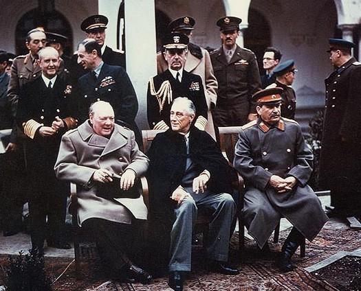 Churchill et Staline entourent Roosevelt, à Yalta