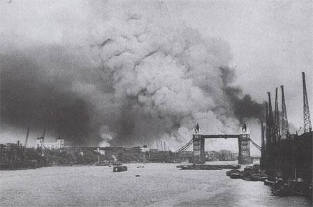 Les docks de Londres après une attaque allemande en septembre 1940