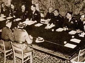 Capitulation du IIIe Reich à Reims : on voit de dos le général Alfred Jodl