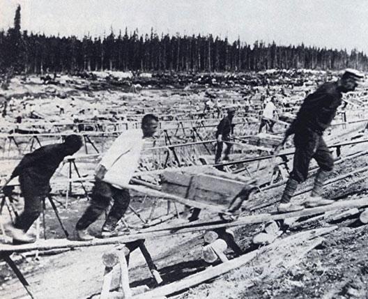 Déportés construisant un canal au goulag
