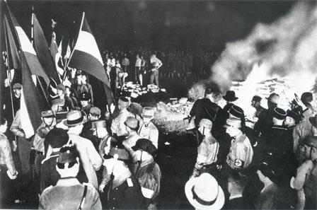 Autodafé, Berlin, 10 mai 1933 (crédit photographique : Mémorial de la Shoah/CDJC)