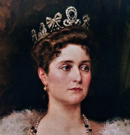 L'un des diadèmes favoris - émeraudes et diamants montés sur or - de l'impératrice Alexandra Feodorovna qui le porta notamment pour le grand portrait en pied que réalisa le peintre Bodarewsky en 1908. L'ensemble avait été commandé  en 1900 par l'impératrice aux joaillers Bolin et Fabergé exceptionnellement associés pour sa réalisation.