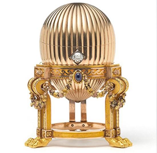L'œuf Fabergé impérial retrouvé chez un ferrailleur aux États-Unis en 2014. L'œuf renferme une montre Vacheron Constantin (voir agrandissement).