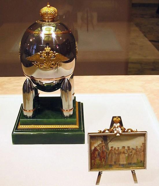 L'oeuf militaire en acier, Fabergé, 1916, Palais des Armures, Moscou. Réalisé pendant la Première Guerre mondiale lorsque l'utilisation de métaux précieux pour faire des bijoux a été interdit,  l'œuf contient la peinture miniature de Vassily Zuiev sur ivoire montrant Nicolas II et le tsarévitch Alexei avec des soldats russes au front.