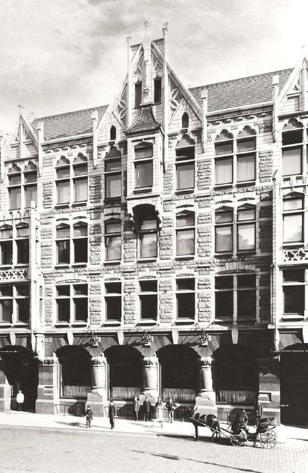 La maison Fabergé, rue Bolshaya Morskaya à Saint-Pétersbourg (architecte K. K. Schmidt), XIXe siècle, puis de nos jours en agrandissant l'image.
