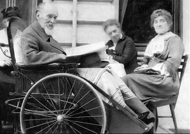Carl Fabergé en fauteuil roulant avec son épouse (à l'extrême droite), Wiesbaden, 1918,  (von Habsburg, Géza, Fabergé, 1986, 30), DR.