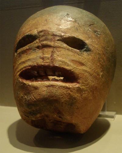 Une jack-o'-lantern traditionnelle (navet) irlandaise du début du xxe siècle exposée au Museum of Country Life.