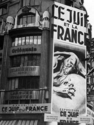 Affiche de l'exposition sur la façade du palais Berlitz, réalisée par René Péron, Koblenz, Bundesarchiv.