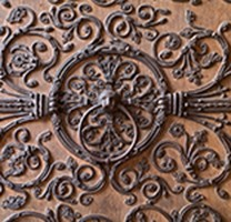 Anneau du droit d'asile sur un vantail du portail de la Vierge, cathédrale Notre-Dame de Paris.