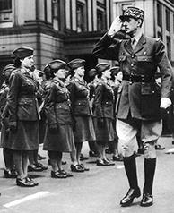 Le général de Gaulle passe en revue un détachement féminin des Forces françaises libres, 11 novembre 1941.