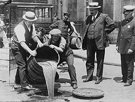 Des agents versent de la liqueur dans les égouts, Washington, Library of Congress.