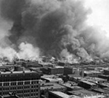 Bâtiment en feu à Tulsa en 1921.