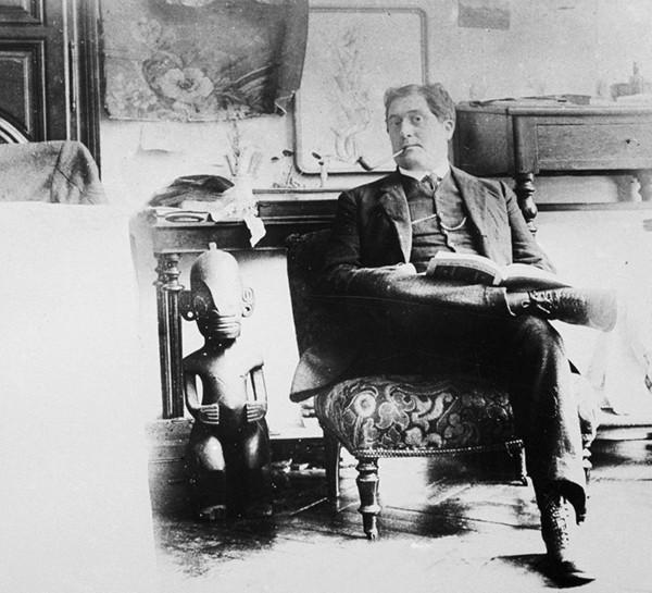 Guillaume Apollinaire photographié par Pablo Picasso dans son atelier, 1910. En agrandissement, la carte de Picasso à Apollinaire.