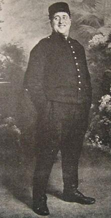 Photographie d'Apollinaire àNîmes en uniforme d'artilleur, janvier 1915. En agrandissement, calligramme inspiré par un portrait de Louise de Coligny-Châtillon, avant 1917.